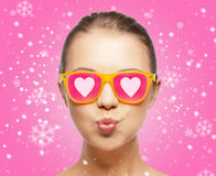 Smiling teenage girl in pink sunglasses Royalty Free Stock Photos