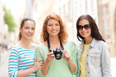 Smiling teenage girls with camera Royalty Free Stock Photography