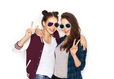 Smiling teenage girls in sunglasses showing peace Royalty Free Stock Images