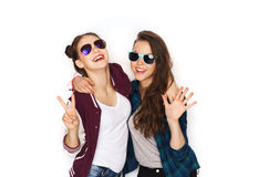 Smiling teenage girls in sunglasses showing peace Royalty Free Stock Photo