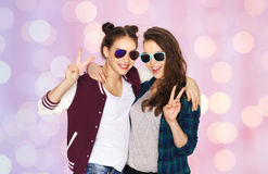 Smiling teenage girls in sunglasses showing peace Stock Images