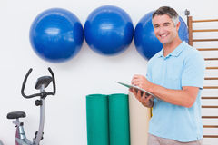 Smiling trainer writing on clipboard Royalty Free Stock Photos