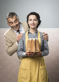Smiling vintage couple with cake Royalty Free Stock Photos