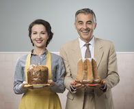 Smiling vintage couple with cakes Royalty Free Stock Images