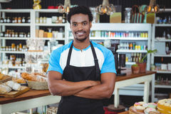 Smiling waiter standing with arms crossed Royalty Free Stock Photos