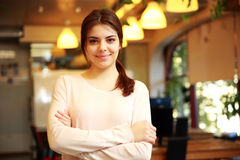 Smiling woman with arms folded Royalty Free Stock Photography
