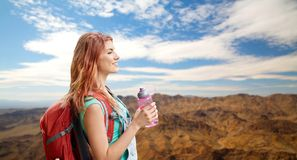 Smiling woman with backpack over mountains Royalty Free Stock Photography