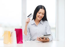Smiling woman with blank screen tablet pc Royalty Free Stock Images