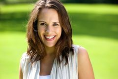 Smiling woman with brown hair posing outdoors Royalty Free Stock Photos
