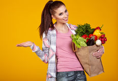 Smiling woman carrying a bag with vegetables Royalty Free Stock Photos