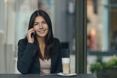 Smiling woman chatting on her mobile Royalty Free Stock Photography
