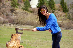 Smiling woman chopping and splitting wood Royalty Free Stock Photography