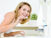 Smiling woman cleaning teeth Royalty Free Stock Photography