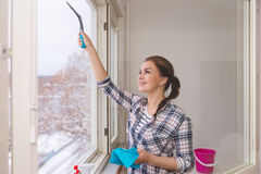 Smiling woman cleaning windows Royalty Free Stock Photos