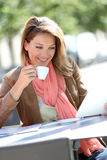 Smiling woman at coffee shop realxing Royalty Free Stock Images