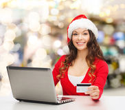 Smiling woman with credit card and laptop Royalty Free Stock Images