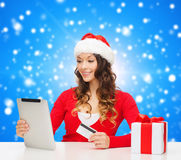 Smiling woman with credit card and tablet pc Royalty Free Stock Photos