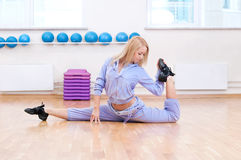 Smiling woman do stretching exercise in sports club Royalty Free Stock Photos