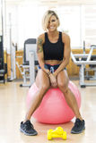 Smiling woman doing fitness exercises with fit ball Royalty Free Stock Photos