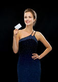 Smiling woman in evening dress holding credit card Royalty Free Stock Photos