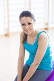 Smiling woman exercising at gym with fitness ball Royalty Free Stock Photos