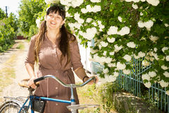 Smiling woman with her bicycle Royalty Free Stock Photos
