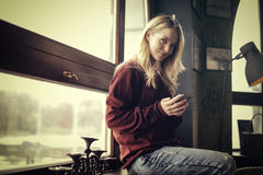 Smiling woman on her phone Royalty Free Stock Images