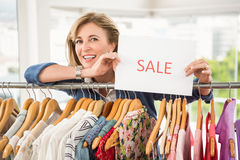 Smiling woman holding sale sign Royalty Free Stock Photography