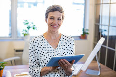 Smiling woman holding tablet and looking at camera Royalty Free Stock Photography