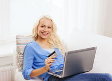 Smiling woman with laptop computer and credit card Royalty Free Stock Photos