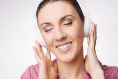 Smiling woman listening to music Royalty Free Stock Photos