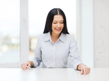 Smiling woman pointing to something imaginary Royalty Free Stock Photography