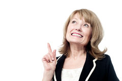 Smiling woman pointing upwards Royalty Free Stock Image
