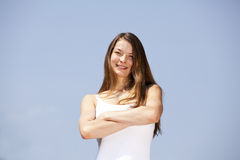 Smiling woman posing with her arms crossed Royalty Free Stock Photos