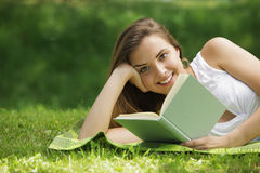 Smiling woman reading book Royalty Free Stock Photos