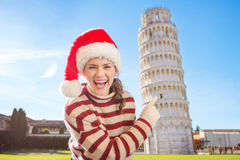 Smiling woman in Santa hat pointing on Leaning Tour of Pisa Stock Photography