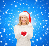 Smiling woman in santa helper hat with red heart Royalty Free Stock Photos