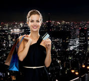 Smiling woman with shopping bags and credit card Royalty Free Stock Photos