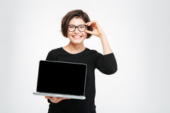 Smiling woman showing blank laptop computer screen Royalty Free Stock Images