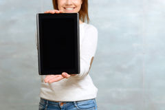 Smiling woman showing her tablet Royalty Free Stock Photos