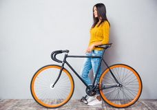Smiling woman standing near bicycle Stock Photography