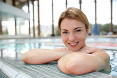 Smiling woman in swimming pool Royalty Free Stock Photography