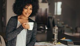 Smiling woman taking coffee break Royalty Free Stock Photos