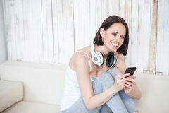 Smiling woman using cellphone Royalty Free Stock Image