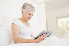 Smiling woman using tablet Royalty Free Stock Photography