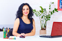 Smiling woman working in office Royalty Free Stock Photos