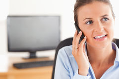 Smiling working woman speaking on the phone Royalty Free Stock Photography