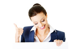 Smiling young business woman showing blank signboard Royalty Free Stock Photos