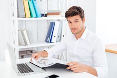 Smiling young businessman holding folder with documents Royalty Free Stock Photos