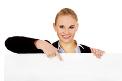 Smiling young businesswoman holding blank banner Royalty Free Stock Photos